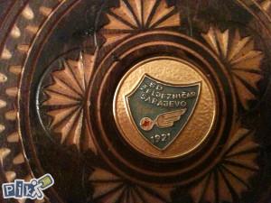Stari drveni suvenir sa znakom SD ŽELJEZNIČAR