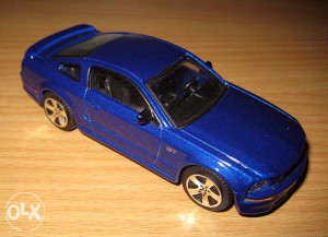 Metalni autic Burago - model Ford 1/43
